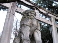 三峯神社鳥居傍の狼01